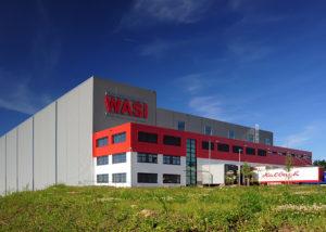 Logistikzentrum: vollautomatisches Hochregallager und Pufferlager für Paletten wie Behälter